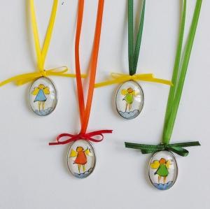 Eine besondere Kinderkette mit einem handgemalten, bunten Engel