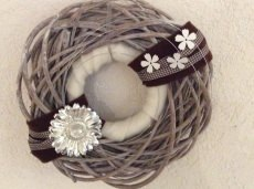 Schön dekorierter Türkranz mit silberfarbenen Blume