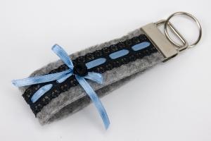 Schlüsselanhänger ♥Strumpfband♥ grauer Filz mit schwarzer Spitze und Satinröschen - Handarbeit kaufen