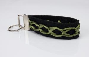 Schlüsselanhänger ♥Greeny♥ schwarzer Filz mit Flechtmuster grün - Handarbeit kaufen