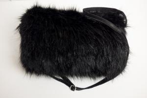 eleganter Muff zum Wenden aus Webpelz in schwarz mit Reißverschlussfach und verstellbarem Riemen - Handarbeit kaufen