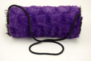 Kindermuff aus Plüsch in schwarz und lila sowie einer Baumwollkordel zum Umhängen  - Handarbeit kaufen