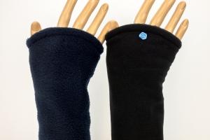 Armstulpen zum Wenden in schwarz und blau aus kuscheligem Fleece für Erwachsene - Handarbeit kaufen