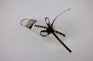 Schlüsselanhänger ♥Strumpfband♥ weißer Filz mit schwarzem Satinband  - ein Strumpfband zum Glück