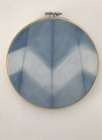 Wandbehang im Stickrahmen aus mit natürlichem Indigo handgefärbter Baumwolle , Durchmesser 17cm