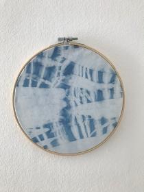 Shiboriart mit natürlichem Indigo gefärbt in Bambusrahmen, Durchmesser 18cm