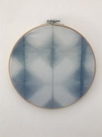 Gewählte Kategorien  Wohnen Deko-Objekte Wandbehang im Stickrahmen aus mit natürlichem Indigo handgefärbter Baumwolle, Durchmesser 23cm