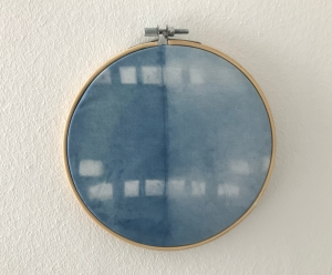 Wandbehang im Stickrahmen aus mit natürlichem Indigo handgefärbter Baumwolle, Durchmesser 15cm