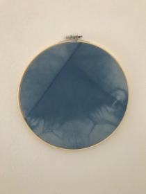 Wandbehang im Stickrahmen aus mit natürlichem Indigo handgefärbter Baumwolle , Durchmesser  23