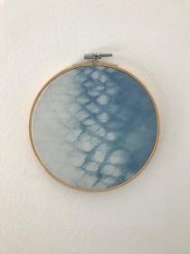 Wandbehang im Stickrahmen aus mit natürlichem Indigo handgefärbter Baumwolle , Durchmesser 15 cm