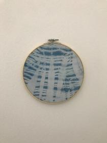 Wandbehang im Stickrahmen aus mit natürlichem Indigo handgefärbter Baumwolle , Durchmesser 20cm