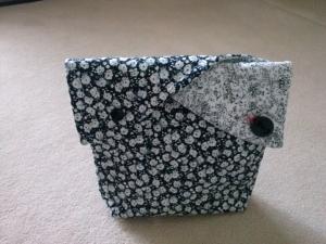 Kulturtasche schwarz/weiß mit Blumenmuster - Handarbeit kaufen
