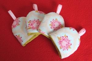 4 Eierwärmer Blumen mit Ripsband in rosa mit weißen Pünktchen