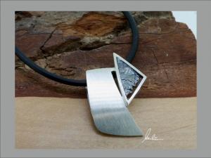 Anhänger in Handarbeit gearbeitet mit strukturiertem Silber   - Handarbeit kaufen