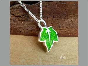 Anhänger kleines Blatt in Grün in Handarbeit hergestellt mit strukturiertem Silber   - Handarbeit kaufen