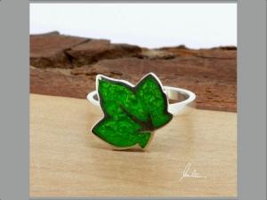 Ring kleines Blatt in Grün in Handarbeit hergestellt mit strukturiertem Silber   - Handarbeit kaufen