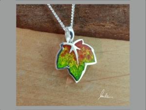 Anhänger kleines buntes Blatt , Herbstblatt, in Handarbeit hergestellt mit strukturiertem Silber ein bunter Blätterwirbel  - Handarbeit kaufen