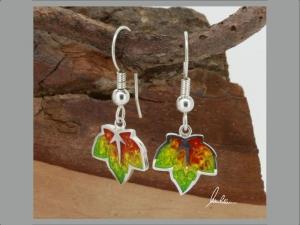 Ohrringe kleines buntes Blatt , Herbstblatt, in Handarbeit hergestellt mit strukturiertem Silber ein bunter Blätterwirbel  - Handarbeit kaufen