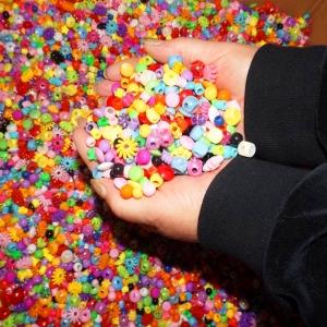 Wunderschöne Kinderperlen, eine Mischung aus 13 verschiedenen Formen in vielen Farben - Handarbeit kaufen