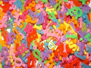 Namensschmuck Namensketten selber fädeln, Buchstaben-Perlen Buchstabenanhänger groß bunt Kinderperlen ABC - Handarbeit kaufen