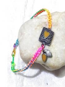Handgefertigtes  Makramee-Armband aus Synthetik-Schnur mit Farbverlauf - Handarbeit kaufen