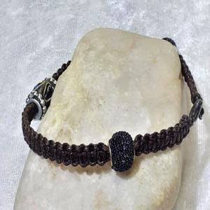 Handgefertigtes  Makramee-Armband in dunkelbraun mit Perlen.