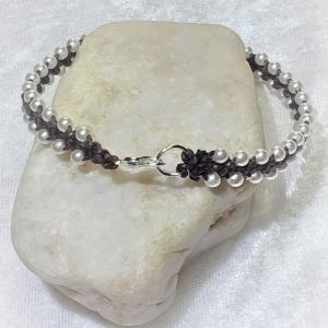 Handgefertigtes  Makramee-Armband dunkelbraun mit weißen Perlen