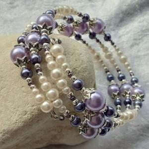 Perlen-Armreifen in violett und weiß, handgearbeitet - Handarbeit kaufen
