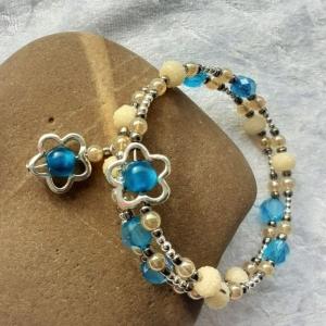 Perlen-Armreifen in blau und beige kombiniert mit silberfarbenen Perlen, handgearbeitet