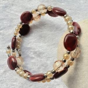 Perlen-Armreifen in rotbraun und bräunlich, handgearbeitet