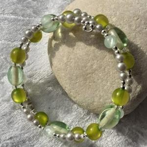 Perlen-Armreifen in hellgrau und grün, auch für Kinder geeignet, handgearbeitet - Handarbeit kaufen