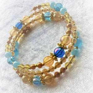 Perlen-Armreifen in goldenen und blauen Tönen, handgearbeitet - Handarbeit kaufen