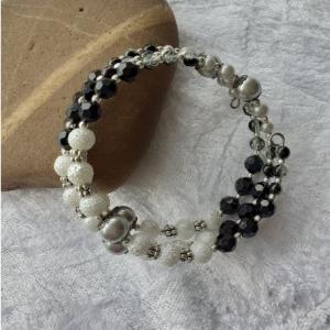 Perlen-Armreifen, der kleine schwarz-weiße Dreireiher, handgearbeitet - Handarbeit kaufen
