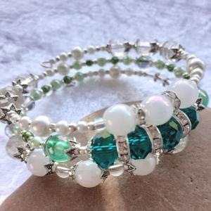 Armreifen, edle Perlenkombination in grün, weiß und silber, handgearbeitet * - Handarbeit kaufen