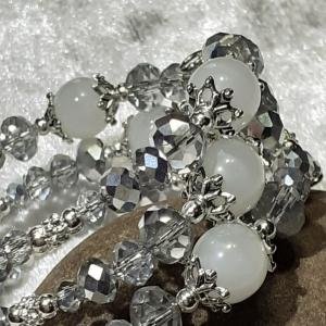 Armreifen, anspruchsvolle Perlenkombination in kristallklar, weiß und silber, handgearbeitet - Handarbeit kaufen