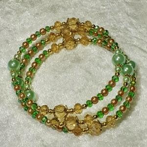 Armreifen, edle Perlenkombination in hellem Grün und Gold, handgearbeitet * - Handarbeit kaufen