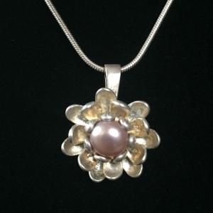 Silberanhänger handgefertigt - Blüte, Perle und Silber - Unikat - Handarbeit kaufen
