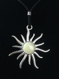 Medaillon GLOW IN THE DARK - Sonne - nachtleuchtender Anhänger - Handarbeit kaufen