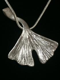 Silberanhänger handgefertigt - großes Ginko-Blatt - Unikat - Handarbeit kaufen
