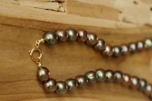 Perlenkette in verschiedensten Grüntönen mit Verschluss in Gelbgold
