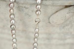Edle graue Perlenkette mit silbernem Verschluss in Form des Unendlichkeitszeichens