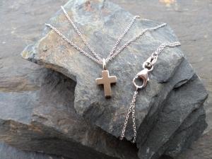 Kreuzanhänger an feiner doppelter Kette in 585/000 Weißgold gearbeitet, auch als Kommunionkreuz oder Konfirmationskreuz