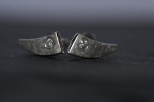 Ohrstecker mit Zirkonia aus matt geeistem Silber geschmiedet