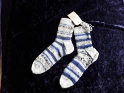Handgestrickte Damensocken in grau/blau gestreift