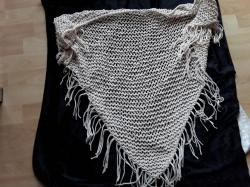 Handgestricktes Dreieckstuch mit schönem Netzmuster