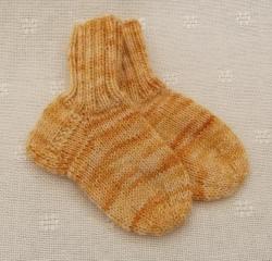 Schicke Kindersocken für Kleinkinder aus 4-fach Sockenwolle in Größe 18