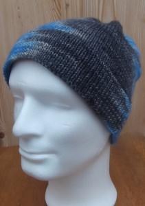 Herrenmütze blau-grau, aus handgefärbter Wolle handgestrickt