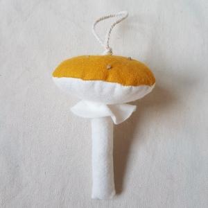 Handgefertigter Girlanden- Anhänger ´Pilz` Senfgelb, aus hochwertigen und natürlichen Materialien