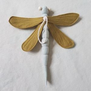 Handgefertigter, dreidimensionaler Girlanden- Anhänger ´Libelle` Hellgrau/Khaki, aus hochwertgen und natürlichen Materialien  - Handarbeit kaufen