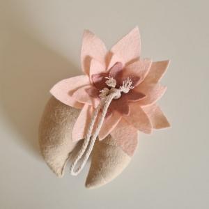 Handgefertigter, dreidimensionaler Girlandenanhänger ´Seerose` ROSA/Creme, aus hochwertigen und natürlichen Materialien - Handarbeit kaufen